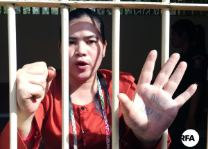 សកម្មជនដីធ្លីតំបន់បឹងកក់ អ្នកស្រី ទេព វន្នី លើកដៃដែលមានសរសេរអក្សរអង់គ្លេសថា I need justice ដែលមានន័យថា ខ្ញុំចង់បានយុត្តិធម៌ នាតុលាការកំពូល នៅថ្ងៃទី១៨ ខែមករា ឆ្នាំ២០១៧។ RFA/Rann Samnang