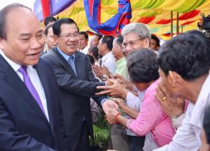 (ពីឆ្វេង) នាយករដ្ឋមន្ត្រីវៀតណាម លោក ង្វៀន ស៊ុងហ៊្វុក (Nguyen Xuan Phuc) និងនាយករដ្ឋមន្ត្រីកម្ពុជា លោក ហ៊ុន សែន ចូលរួមសម្ពោធស្ពានមិត្តភាពកម្ពុជា-វៀតណាម ជ្រៃធំ-ឡុងប៊ិញ នៅស្រុកកោះធំ ខេត្តកណ្ដាល នៅព្រឹកថ្ងៃទី២៤ ខែមេសា ឆ្នាំ២០១៧។ Photo courtesy of PM Hun Sen Facebook