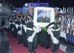 ដំណើរមកដល់នៃសពរបស់កងកម្លាំងមួកខៀវកម្ពុជាទាំង៤រូបដែលរងការវាយប្រហារពីក្រុមឧទ្ទាមនៅប្រទេសអាហ្វ្រិកកណ្តាល កាលពីថ្ងៃយប់ថ្ងៃទី ២១ ឧសភា។ @FB/Hun Sen Prime Minister